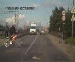 Велосипедист переезжает дорогу