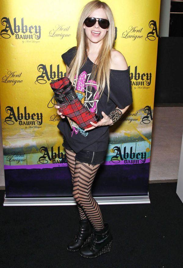 Аврил Лавин решила вернуться к прежнему стилю одежды (10 Фото)