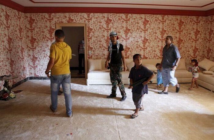 Повстанцы ищут каддафи и купаются в его бассейнах (15 фото)