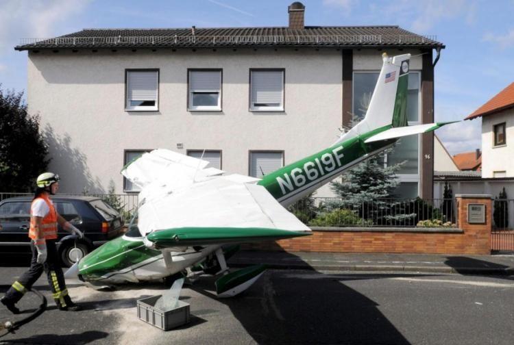 Аварийная посадка самолета в немецком городе (2 фото)