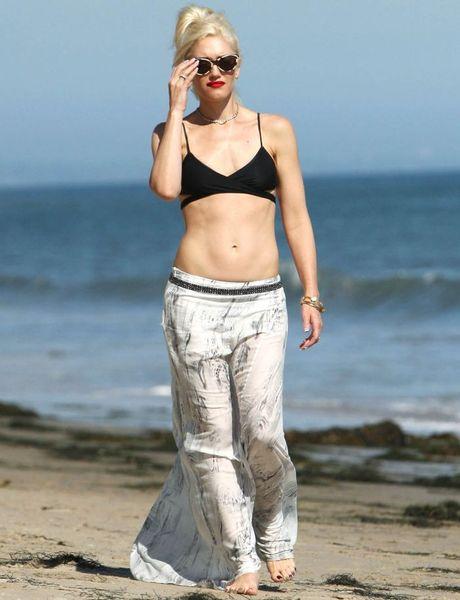 Гвен Стефани гуляет по пляжу в топе (8 Фото)