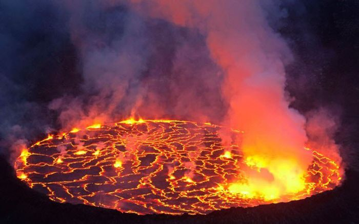 Фотограф Карстен Петер подбирается к извергающимся вулканам (19 фото)
