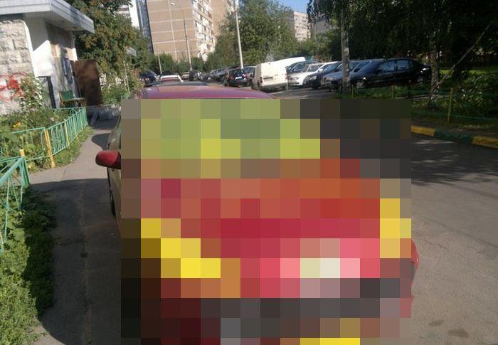 Месть пешеходов  за парковку на тротуарах (4 фото)
