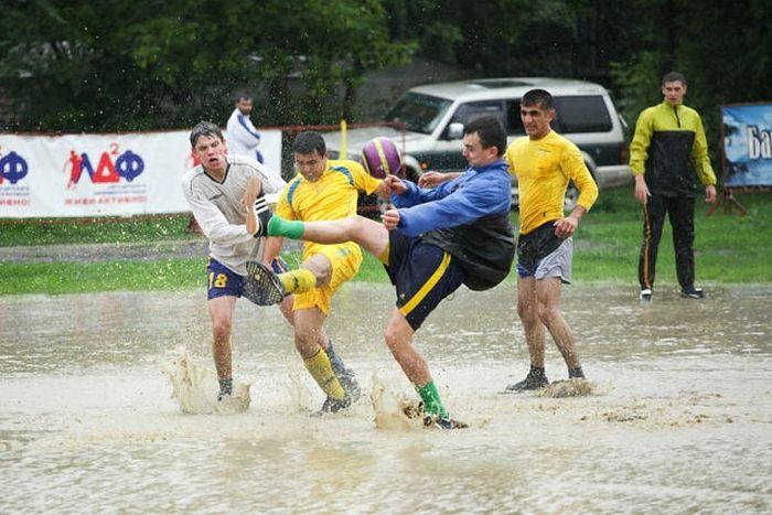 Футбол в дождливый день (8 фото)
