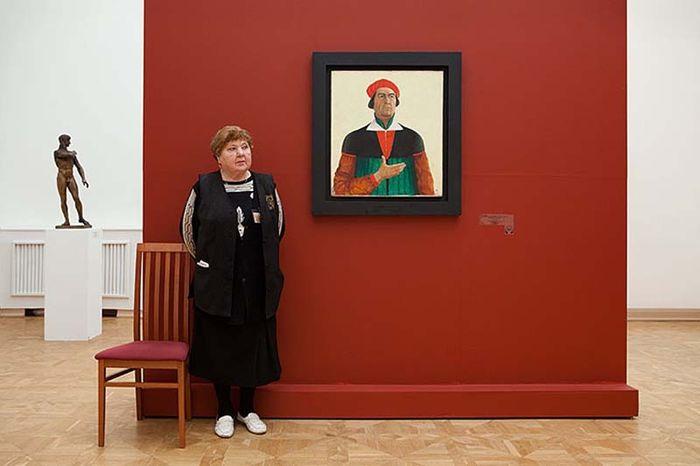 Смотрительницы российских музеев (15 фото)