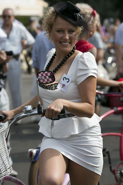 Леди на велосипеде (62 фото)
