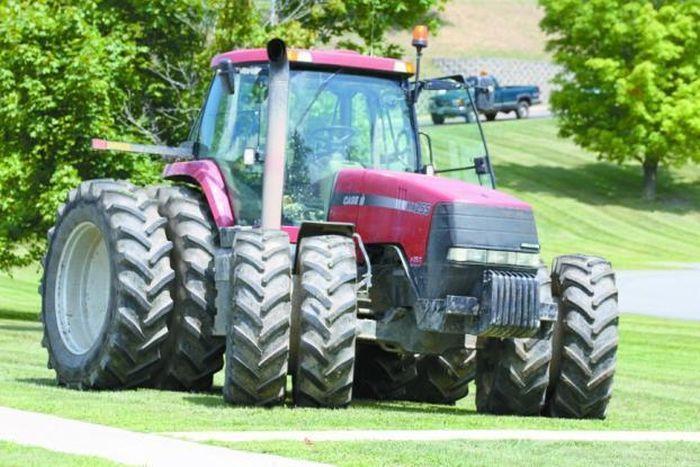 Что может сделать такой трактор с полицейскими машинами? (16 фото)