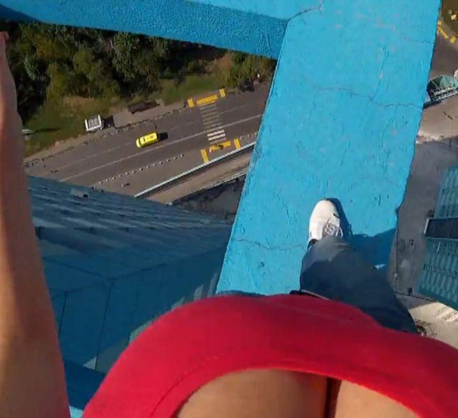 Девушка покоряет высоту с огурцом во рту (9 фото + 1 видео)
