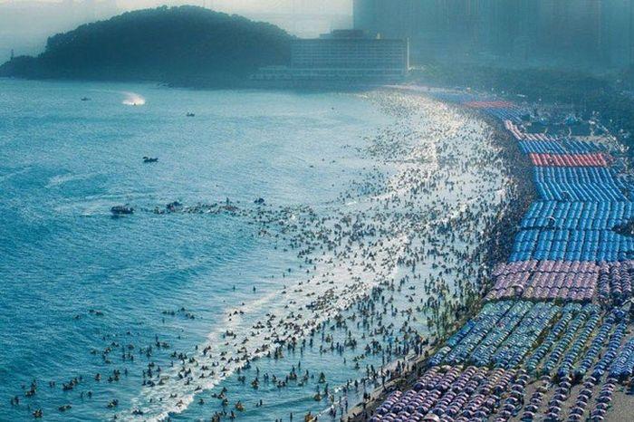 Пляжный сезон в Китае (8 фото)