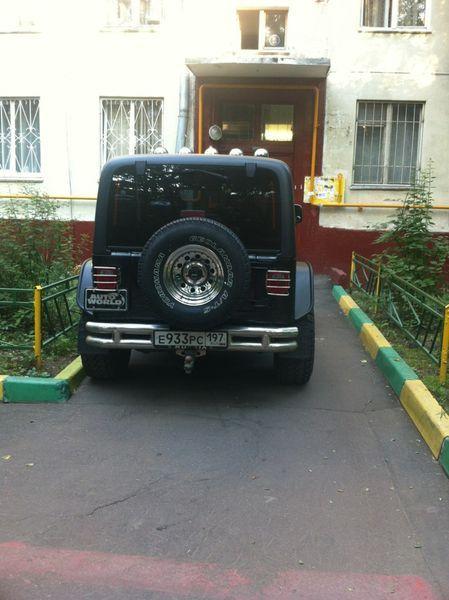 Месть автовладельцу за парковку у подъезда (2 фото)
