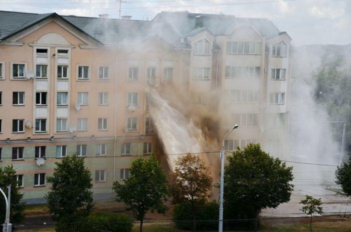 Гейзер кипятка затопил квартиры в Минске (17 фото + 1 видео)