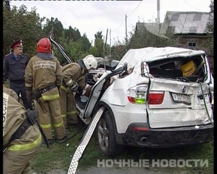 18-летняя девушка без прав снесла крышу дома на BMW X5 (6 фото+видео)
