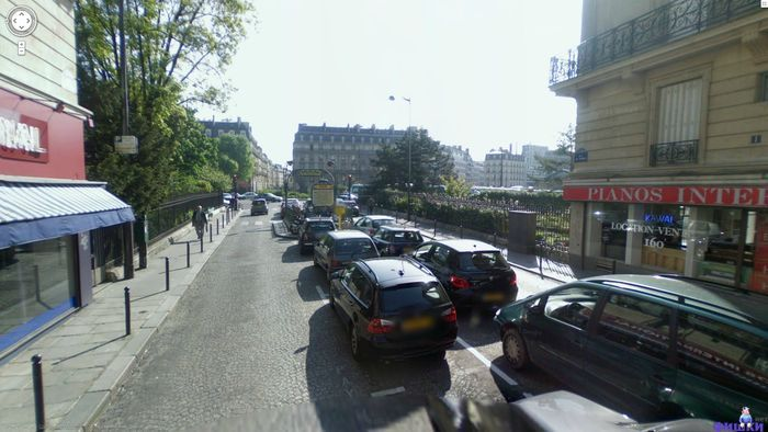 Какой автомобиль стоит у метро в центре Парижа? (4 фото)