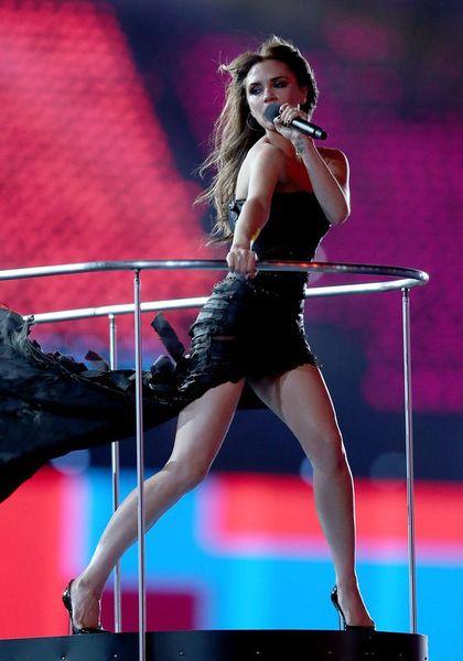 Виктория Бекхэм выступает на церемонии закрытия Олимпийских игр в Лондоне (12 фото)