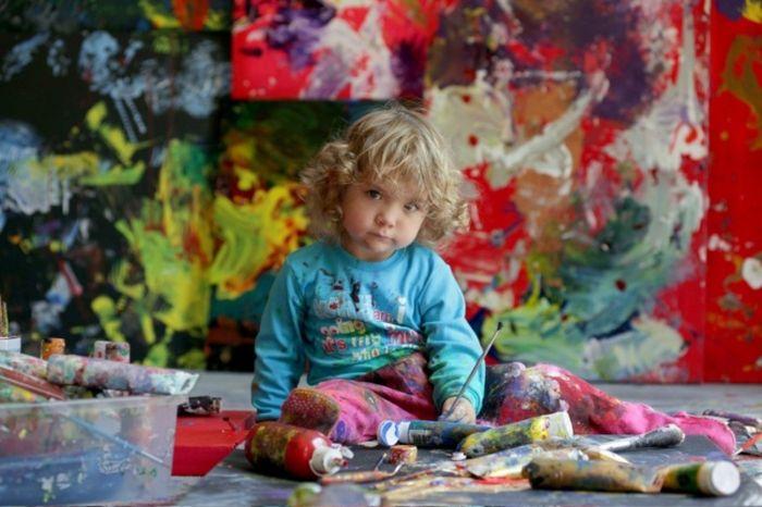 Юную художницу сравнили с Пикассо и Дали (18 фото + 1 видео)