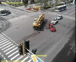 Кран протаранил автобус