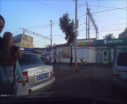 Полицейский разводит на царапину