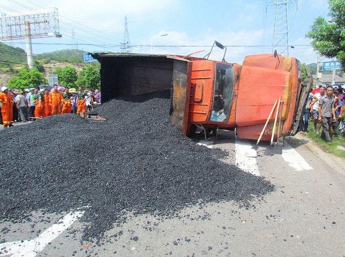 Водитель скутера погиб под кучей горячего асфальта (4 фото)