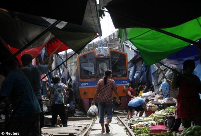 Самый опасный рынок (8 фото + 1 видео)