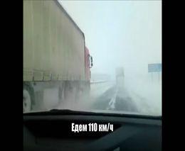 Безбашенные дальнобойщики на зимней дороге