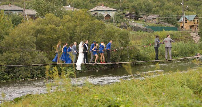 Сломали мост во время свадьбы (4 фото)