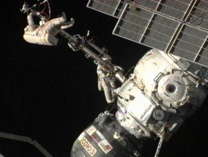 Российские космонавты в открытом космосе (видео + текст)