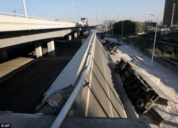 Срок службы китайской автомагистрали 10 месяцев (5 фото)