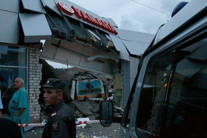 В Череповце автобус протаранил мото-салон (15 фото)