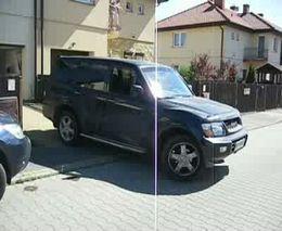 Девушка на джипе паркуется в гараж