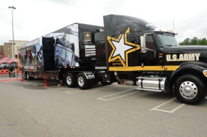 В США появился вербовочный грузовик (19 фото)