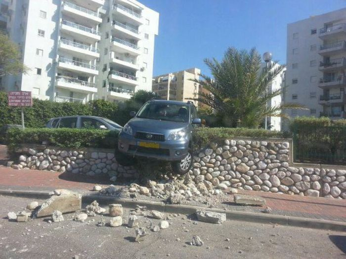Фотоприкол онлайн бесплатно авто, забор, камни, припарковала