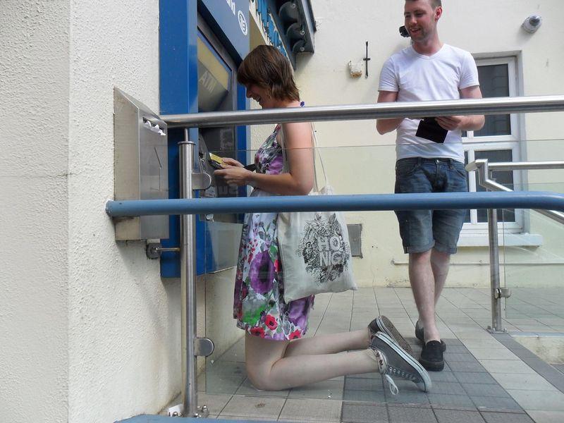 Фотоприкол бесплатно банкомат, девушка, колени, прикол