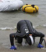 Джим Драйер проплыл 35,4 км с тонной кирпичей