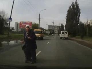 Бабулька на дороге