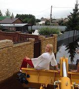 Фотосессия Анастасии Волочковой в ковше трактора (10 фото)