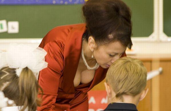 Ненасытная училка с большой грудью расслабляет студента
