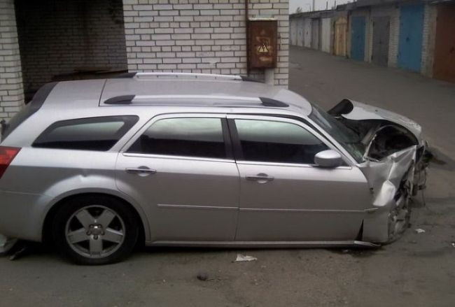 Кто прочнее? Chrysler 300c или Стена? (3 фото)