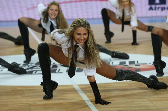 Украинским девушкам запрещают выступать во время баскетбольных матчей (19 фото)