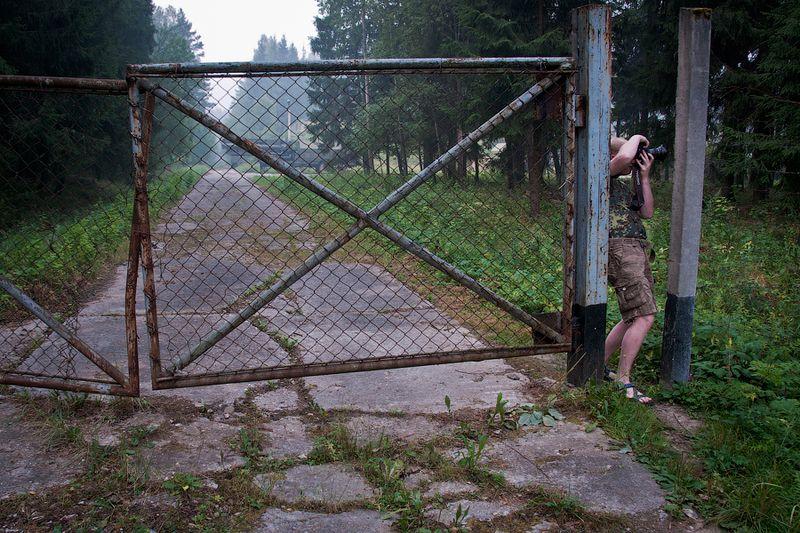 Шел этот вот пейзажист, шел... Видит - ворота кривые, калитки нет, никаких надписей, табличек со временем работы и перерывом на обед... Проволока какая-то вся оборванная и ржавая, уже и не колючая даже... Дай, думает, пройду через эти ворота - путь срежу. Тем более что вон другой фотограф из ворот выходит - значит, можно тут нам, фотографам!