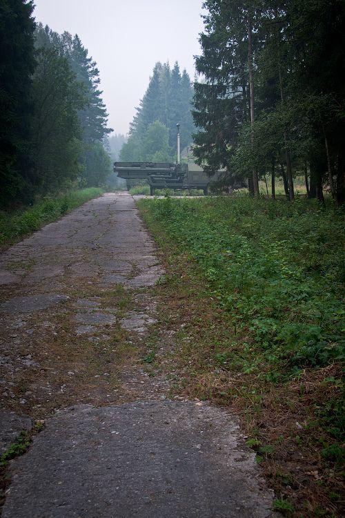 Побрёл. Видит: впереди хрень какая-то стоит, дорогу перегораживает.