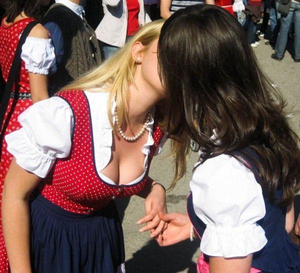 Целующиеся девушки в бикини