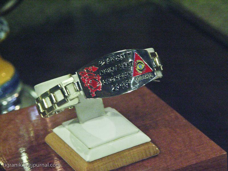 поглазели на главный артефакт соревнований - браслет победителя. да в покере у них так - браслеты победителей.