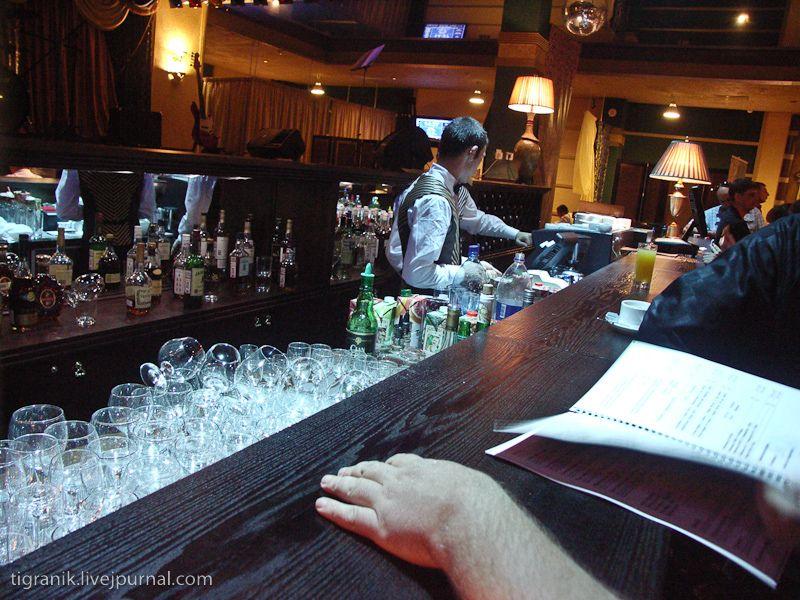 побывать в баре (цены на уровне совсем среднем, а вот готовят вкусно)