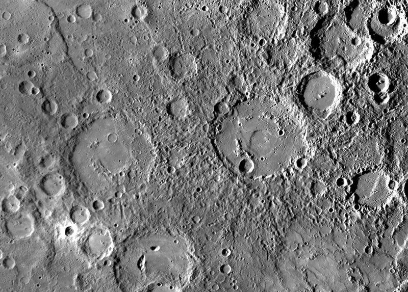 Рельеф на поверхности Меркурия, включая кратеры Киплинга (внизу слева) и Стейхена (вверху справа). Снимок был сделан 29 сентября кораблем НАСА «MESSENGER». (NASA/Johns Hopkins University Applied Physics Laboratory/Carnegie Institution of Washington)