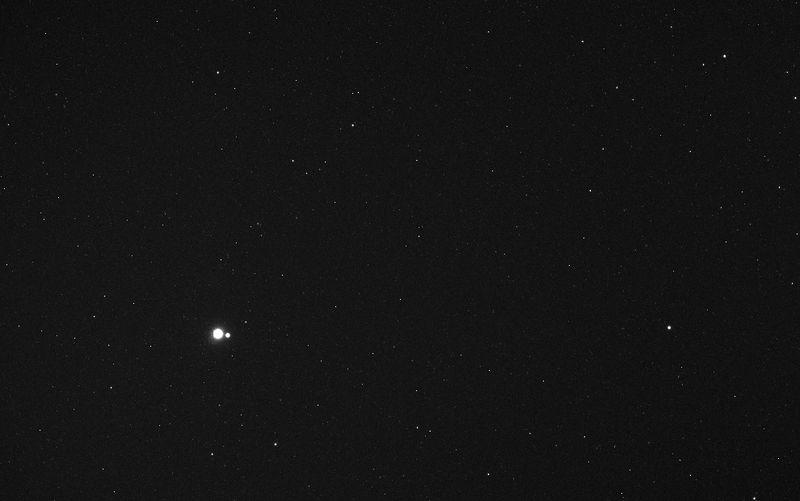 Земля и Луна издалека 6 мая 2010 года на расстоянии 183 миллиона километров от корабля «MESSENGER», с которого был сделан снимок. Север внизу изображения. (NASA/Johns Hopkins University Applied Physics Laboratory/Carnegie Institution of Washington)