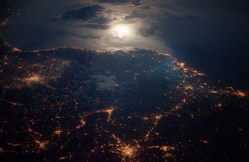 Ярко освещенные районы Торино (Италия), Лиона (Франция) и Марселя (Франция) выделяются на фоне небольших городков. Фото сделано 28 апреля. (NASA/JSC)