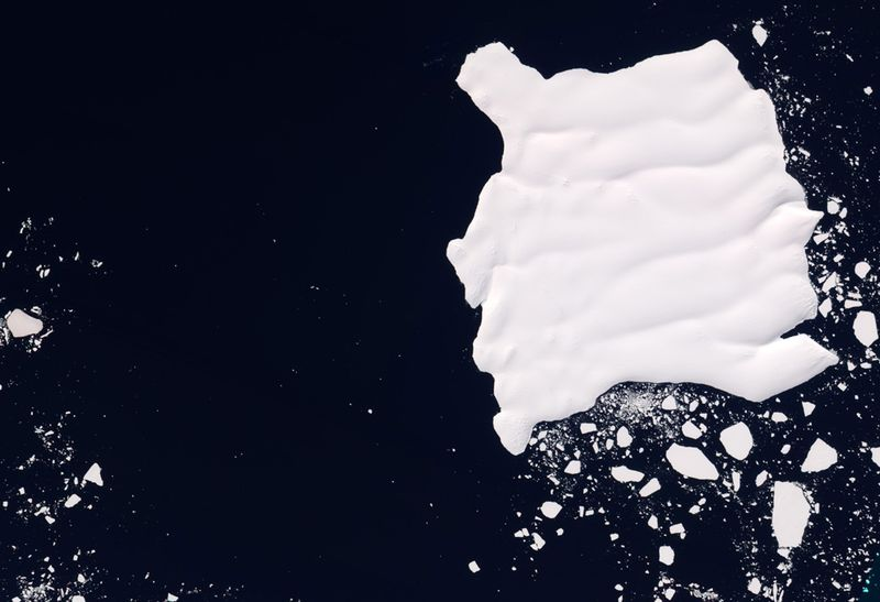 Ледник Мерц плывет у берегов Восточной Антарктики вдоль побережья Джорджа V 10 января. Аппарат ALI на спутнике EO-1 сделал этот снимок айсберга в естественном цвете, отделившегося от ледника. (NASA Earth Observatory/Jesse Allen/NASA EO-1 team)