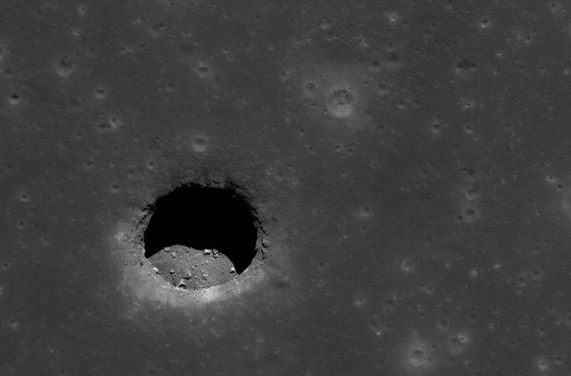 Яма на Луне от Моря Спокойствия с булыжниками на гладкой поверхности. Фото сделано 24 апреля и достигает около 400 метров в ширину. (NASA/GSFC/Arizona State University)