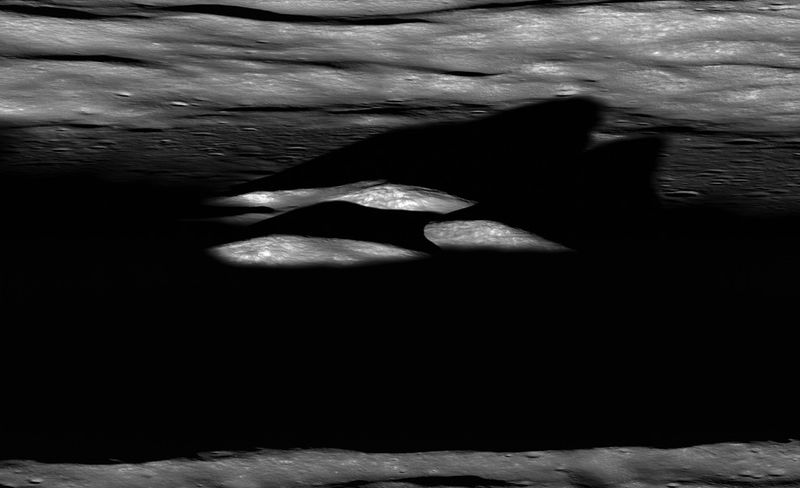 Последние лучи солнца освещают центральную вершину кратера Бхабха на Луне перед закатом. Фото сделано 17 июля. (NASA/GSFC/Arizina State University)