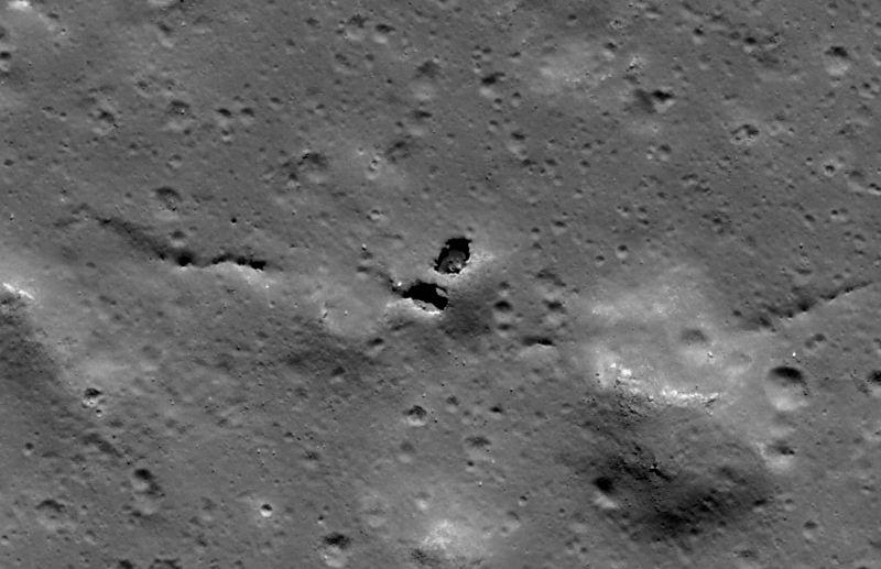 Станция LROC сфотографировала естественный мост на Луне. Как образовался этот мост? Скорее всего, из-за двойного обрушения в лавовую трубу». Фото сделано в ноябре 2009 года. (NASA/GSFC/Arizona State University)